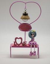 Love Yazılı Bankta Oturan Kız Biblo - Işıklı