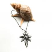 Tropikal Ağaç Yaprağı Figürlü Gümüş Renk Top Zincirli Kolye