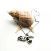 Motosiklete Binen Panter Figürlü Gümüş Renk Top Zincirli Kolye
