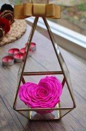 üçgen Teraryum İçerisinde Kalpli Pembe Solmayan Gül