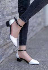 Macaria Beyaz Rugan Siyah Detaylı Topuklu Ayakkabı