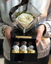 Solmayan Gül Ve Çikolata Kutusu