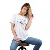 Beyaz Uzayda Özgür Fil Baskılı Kadın T Shirt