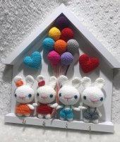 Duvar anahtarlık, amigurumi oyuncaklı 4 tavşan 2 kalpli, turuncu, kırmızı, mavi, gri elbiseli sevdiklerinize harika bir hediye