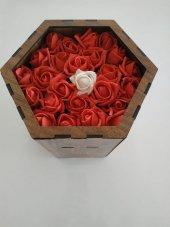 Altıgen Ahşap Kutuda Çiçekli Çikolatalar