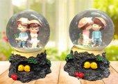 Ağaç Kütüğüne Oturan Sevgili Temalı Işıklı Müzikli Cam Kar Küresi