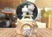 Tahterli Üzerinde Kediler Temalı Işıklı Müzikli Cam Kar Küresi
