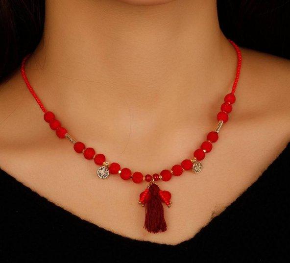 Kırmızı Boncuk Tasarımlı Püskül Detaylı Bayan Kolye Modeli
