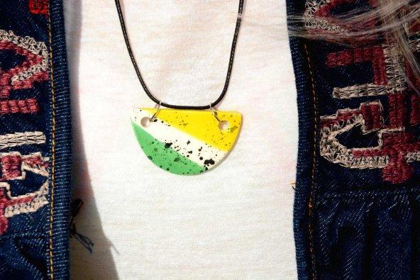 sarı beyaz yeşil yarım daire nokta desenli seramik kolye
